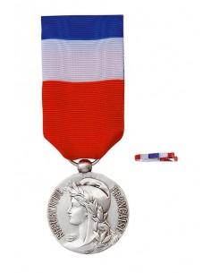 Médaille du Travail Argent 20 ans en Bronze Argenté. Dimensions : diamètre médaille : 25 mm - Largeur du ruban tricolore : 27 mm