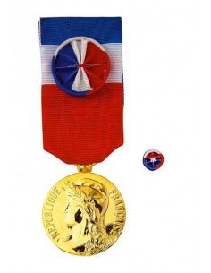 Médaille du Travail Vermeil 30 ans en Bronze Doré. Dimensions : diamètre médaille : 25 mm - Largeur du ruban tricolore : 27 mm -