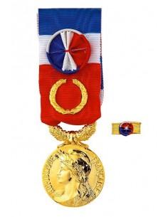 Médaille du Travail Grand Or 40 ans en Bronze Doré. Dimensions : diamètre médaille : 25 mm - Largeur du ruban tricolore : 27 mm