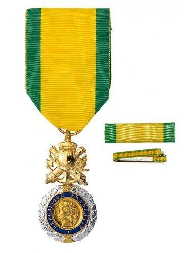 Médaille Militaire en bronze doré avec dorure argentée. Fixe ruban et barrette dixmude en option.