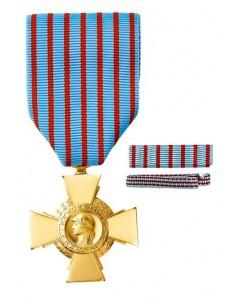Médaille Militaire en bronze doré. Fixe ruban et barrette dixmude en option La Médaille Croix du Combattant  s'offre traditionne