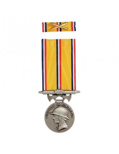 Médaille d'ancienneté des Sapeurs Pompiers 20 ans en zamak argenté. Fixe ruban et barrette dixmude en option.